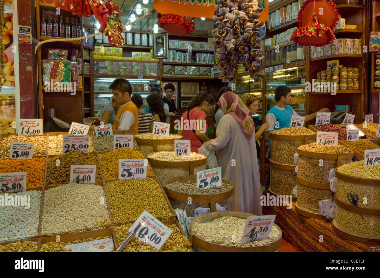 People buying pulses, nuts and spices at stall in the Egyptian bazaar (Spice bazaar) (Misir Carsisi, Eminonu, Istanbul, - Stock Image