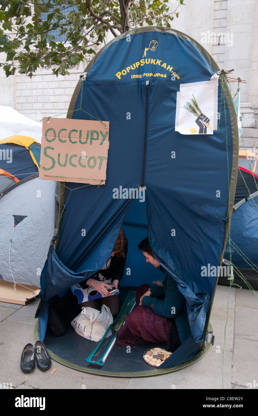 Occupy the London Stock Exchange camp in front of St Paul's to protest at economic situation. Succot tent. - Stock Image