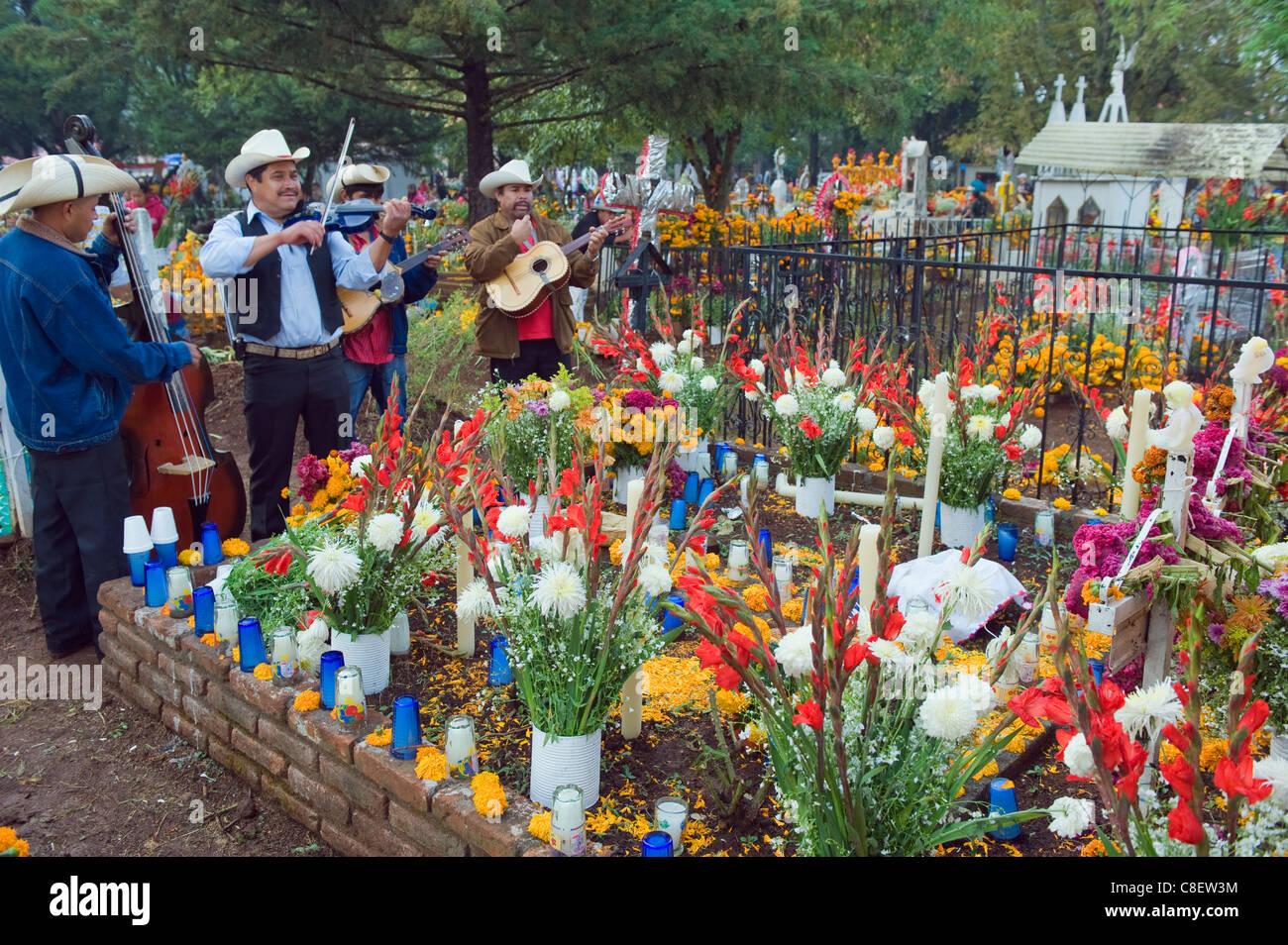 Mariachi group at grave, Dia de Muertos (Day of the Dead) celebrations Tzintzuntzan, Lago de Patzcuaro, Michoacan - Stock Image