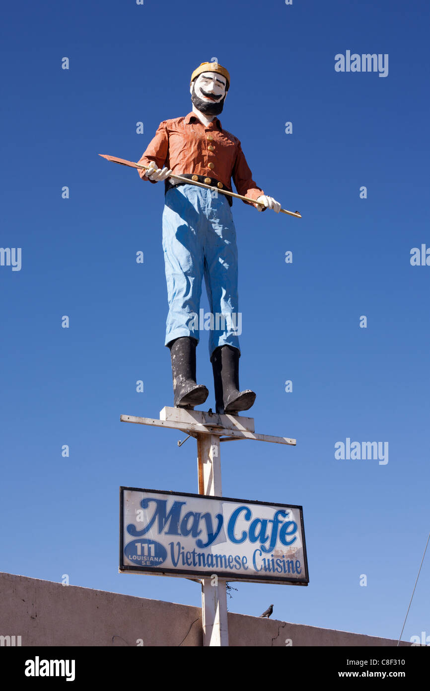 A lumberjack sculpture atop a cafe - Albuquerque, New Mexico. - Stock Image