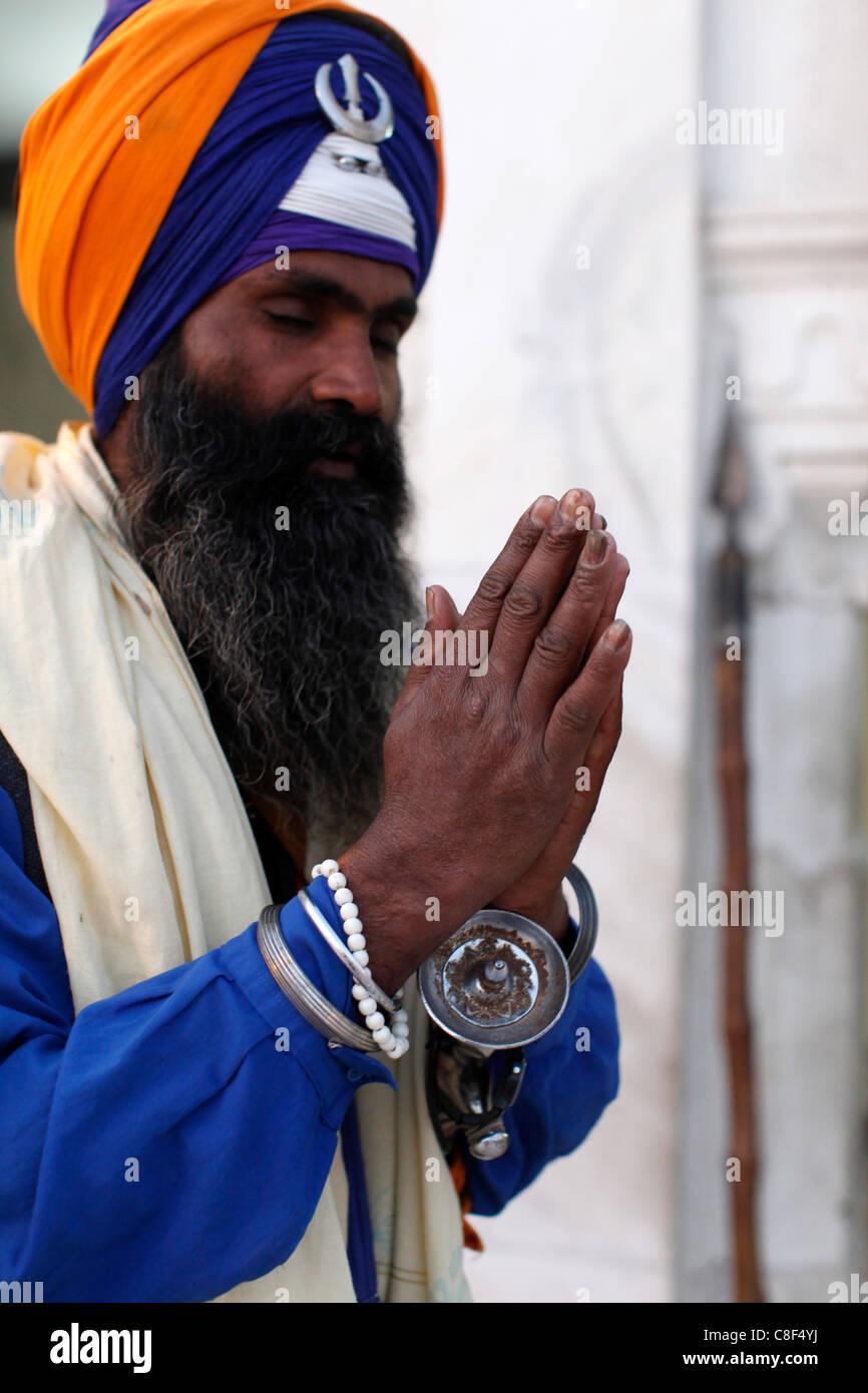 Sikh soldier praying in Bangla Sahib Gurdwara, New Delhi, India Stock Photo
