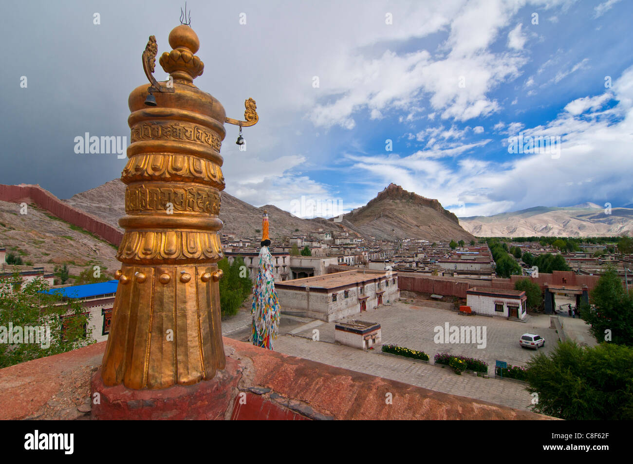 View over Gyantse and its dzong, Tibet, China - Stock Image
