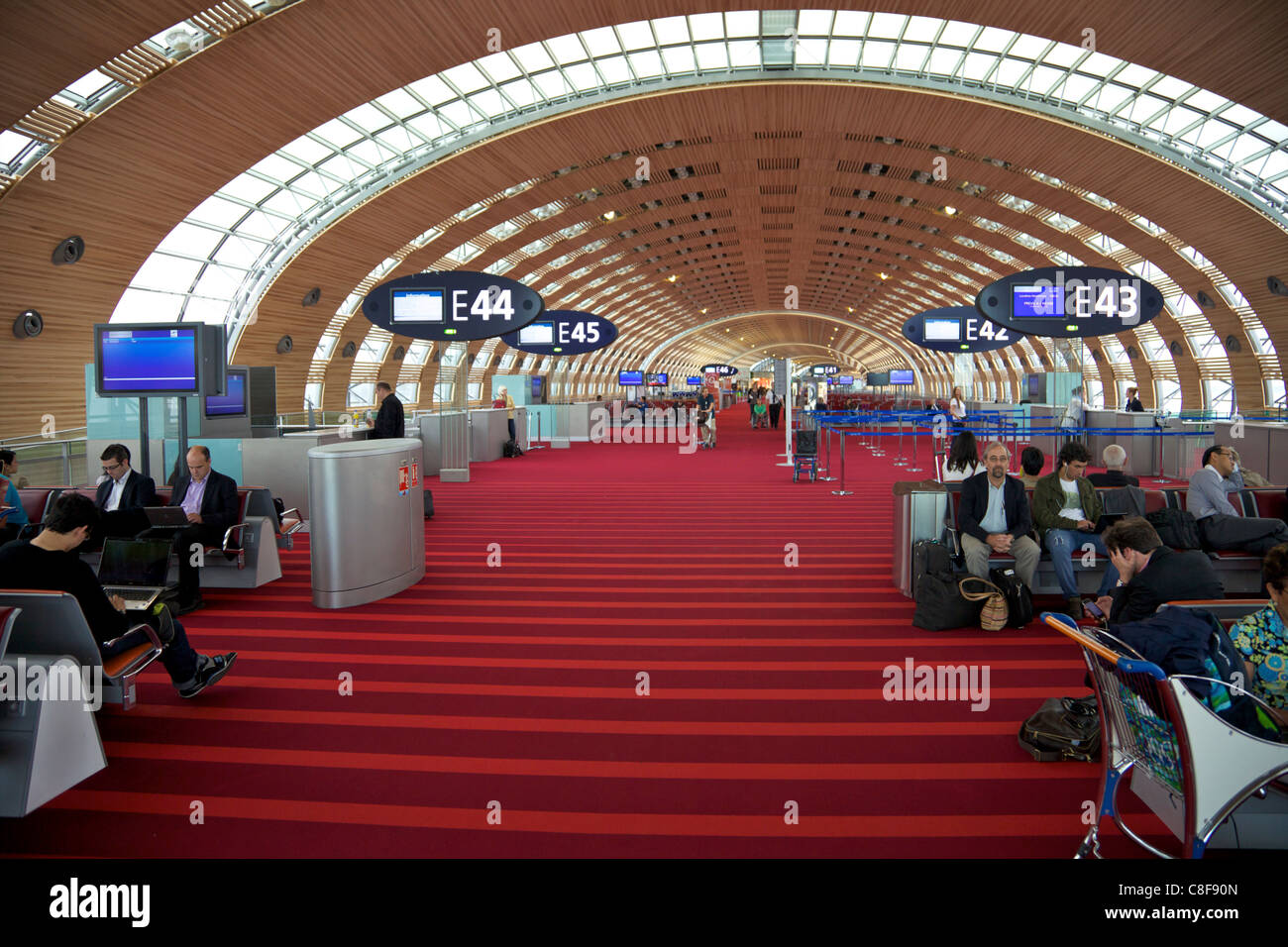 Businessmen and travellers in Terminal 2E, Charles de Gaulle international airport, Roissy, Paris, France - Stock Image
