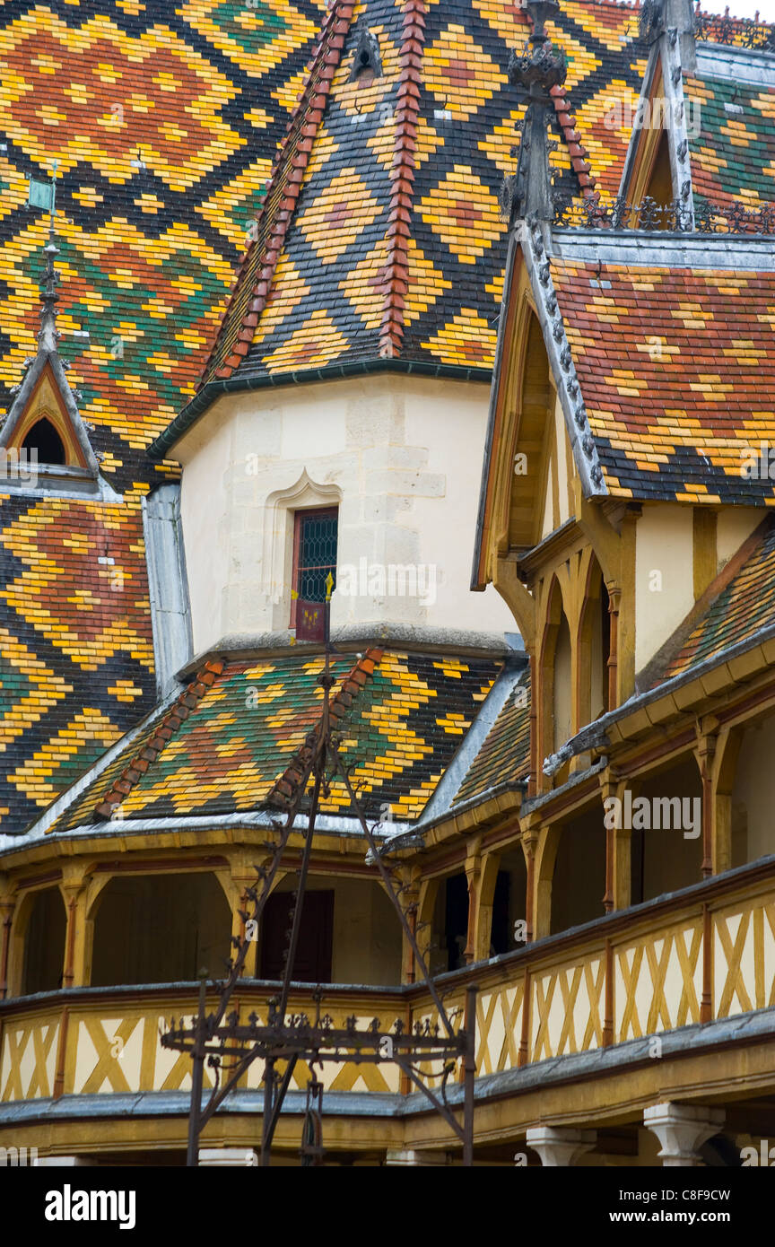 The colourful tiled roof at the Hotel Dieux in Beaune, Burgundy, France - Stock Image