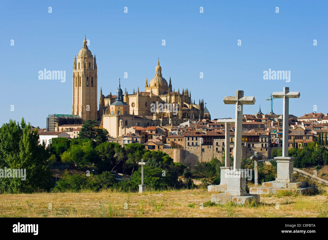 Cemetery crosses and Gothic style Segovia Cathedral dating from 1577, Segovia, Madrid, Spain - Stock Image