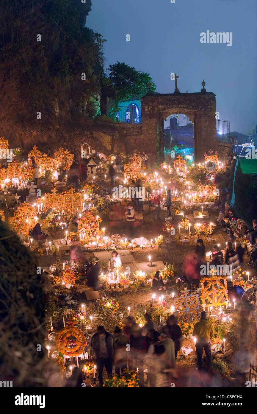 A candle lit grave, Dia de Muertos (Day of the Dead) in a cemetery in Tzintzuntzan, Lago de Patzcuaro, Michoacan - Stock Image