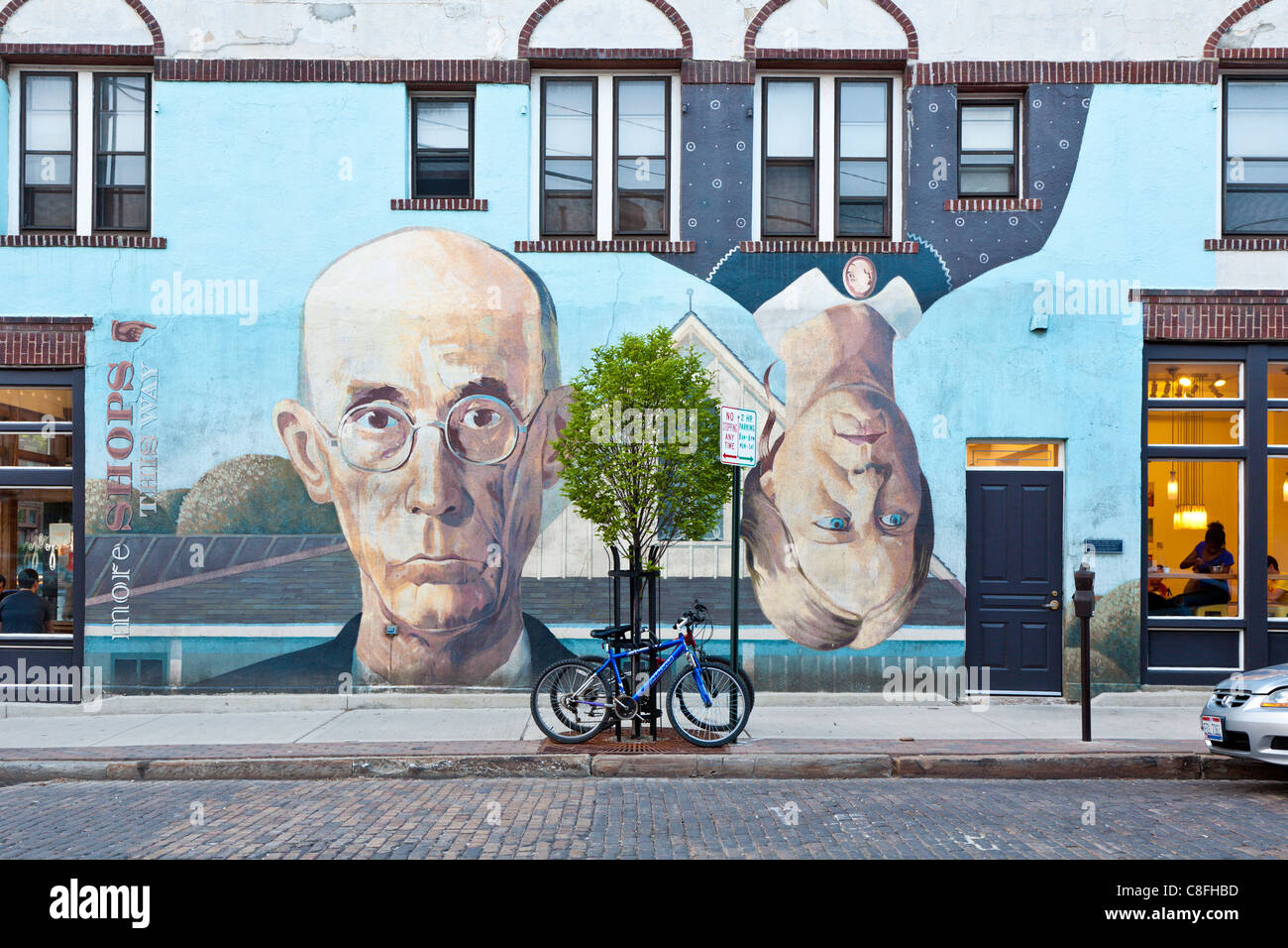 Side of building in Columbus, Ohio painted by Steve Galgas and Mike Altman is similar to American Gothic by Grant - Stock Image