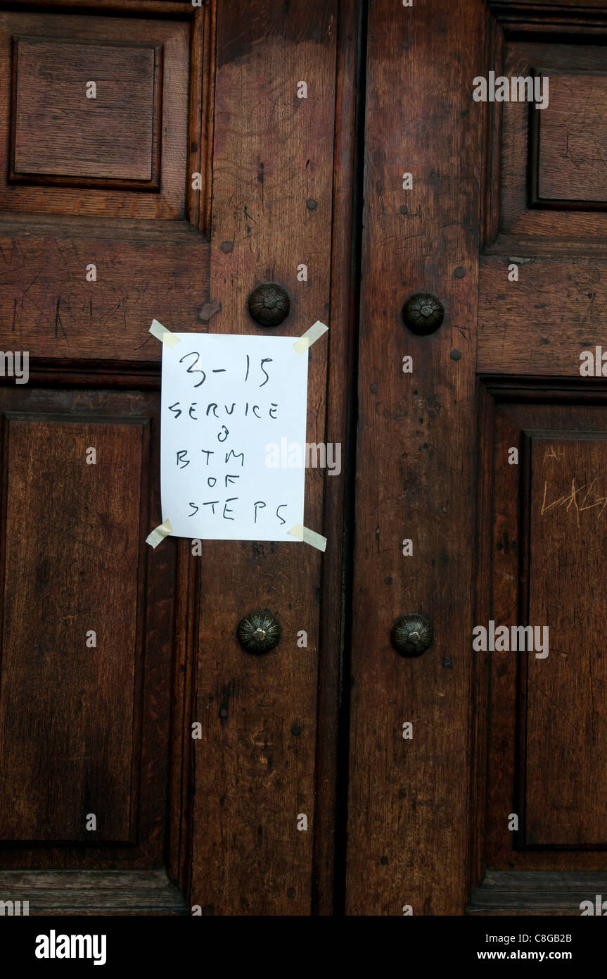 . St Paul's Cathedral. A notice on the closed doors of the cathdral saying '3.15 service btm of steps - Stock Image
