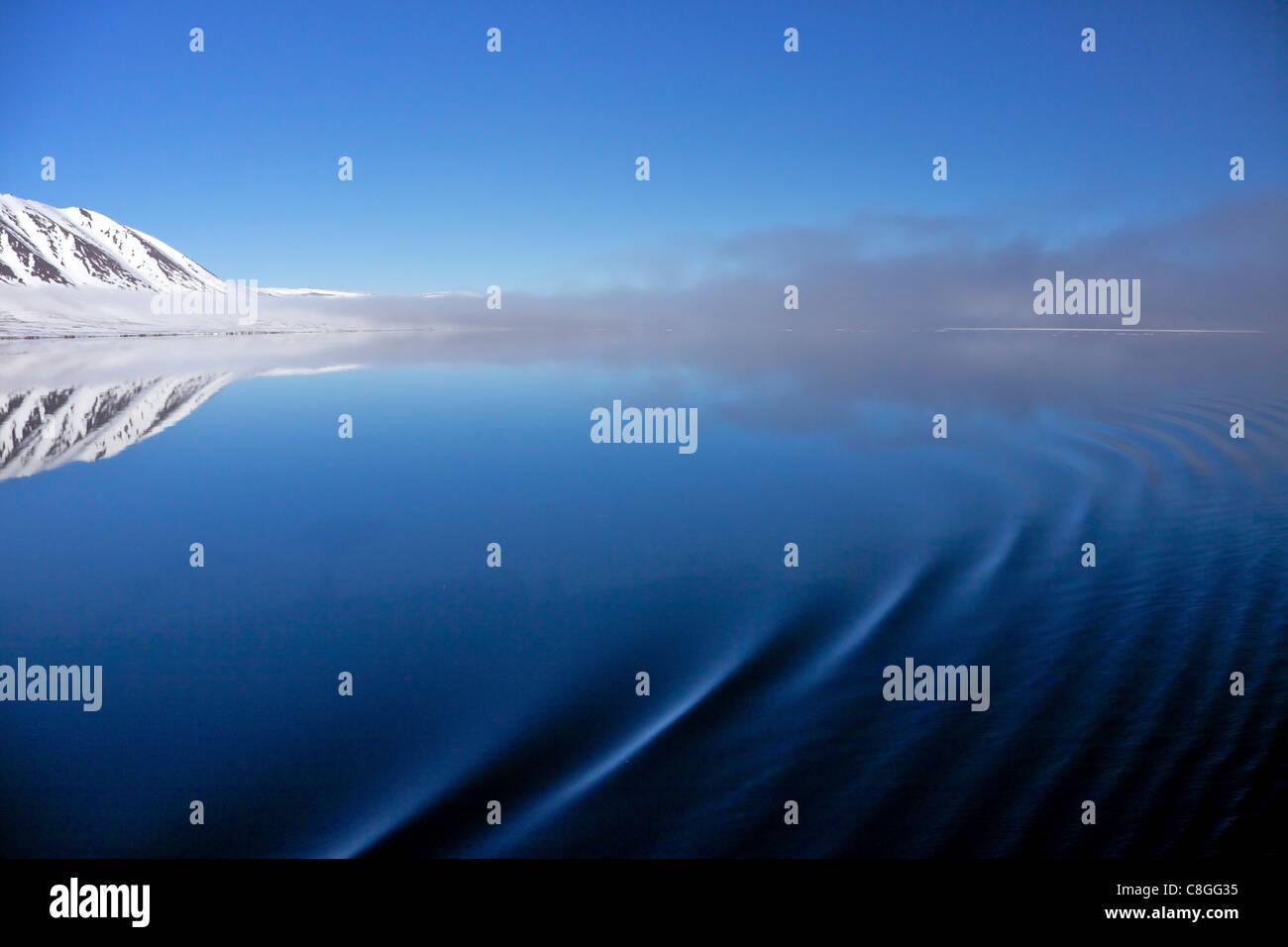 Ripples on sea in summer, Liefdefjorden, Spitzbergen, Svalbard, Arctic Norway, Scandinavia - Stock Image