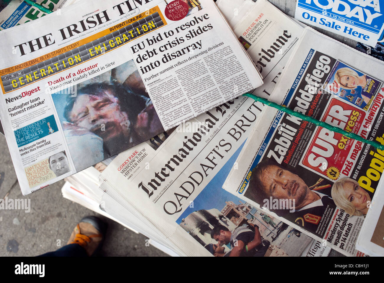 International and foreign language newspapers report on the death of Khadafy Stock Photo