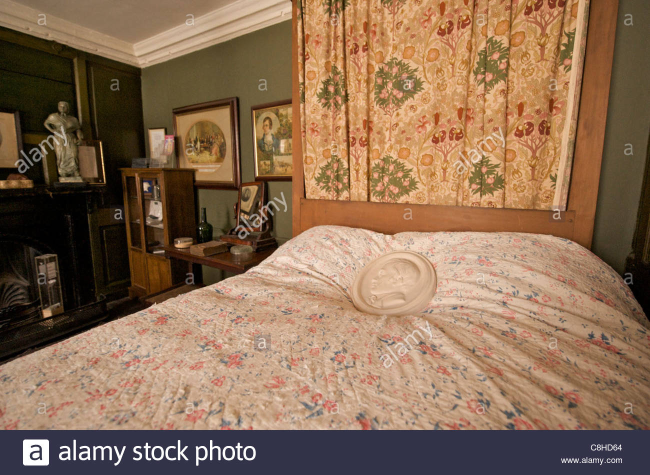The bedroom of poet Robert Burns, preserved at the Globe Inn. - Stock Image