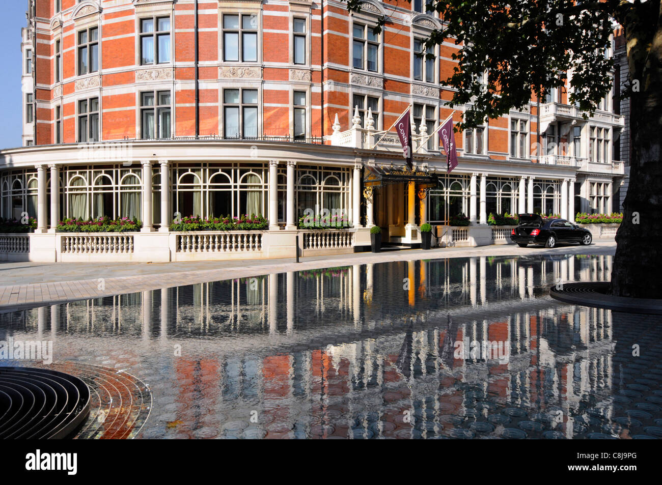 Front luxury five star Connaught Hotel exterior reflection Carlos Place Mayfair 'Silence' raised water feature - Stock Image