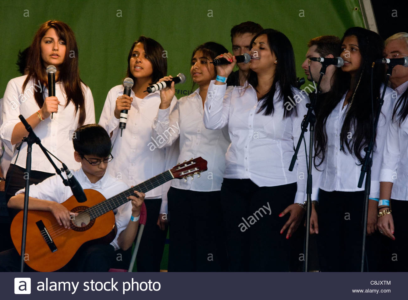 Londoners: Celebrating the Muslim festival of Eid, marking the end of Ramadan, in Trafalgar Square, London - Stock Image