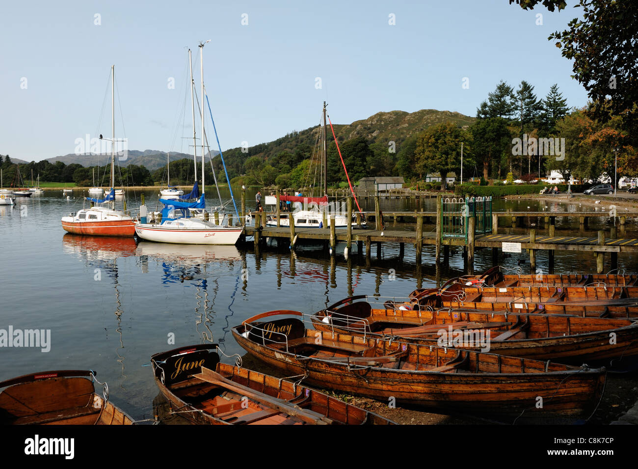 Boats and jetties at Waterhead Ambleside Lake District - Stock Image