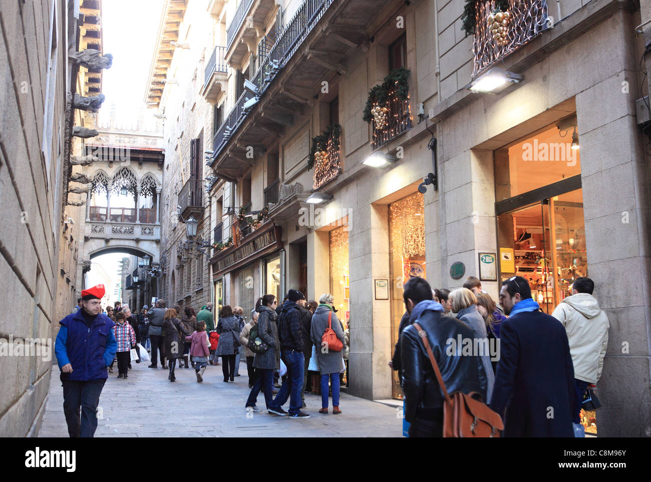 Christmas shopping on Carrer del Bisbe in the Gothic Quarter in Barcelona, Spain - Stock Image