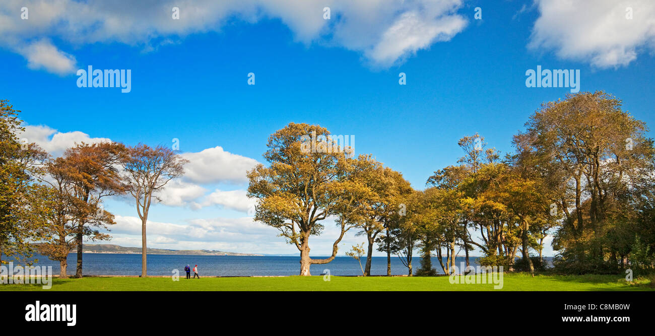 Walkers on Cramond Foreshore, Edinburgh - Stock Image