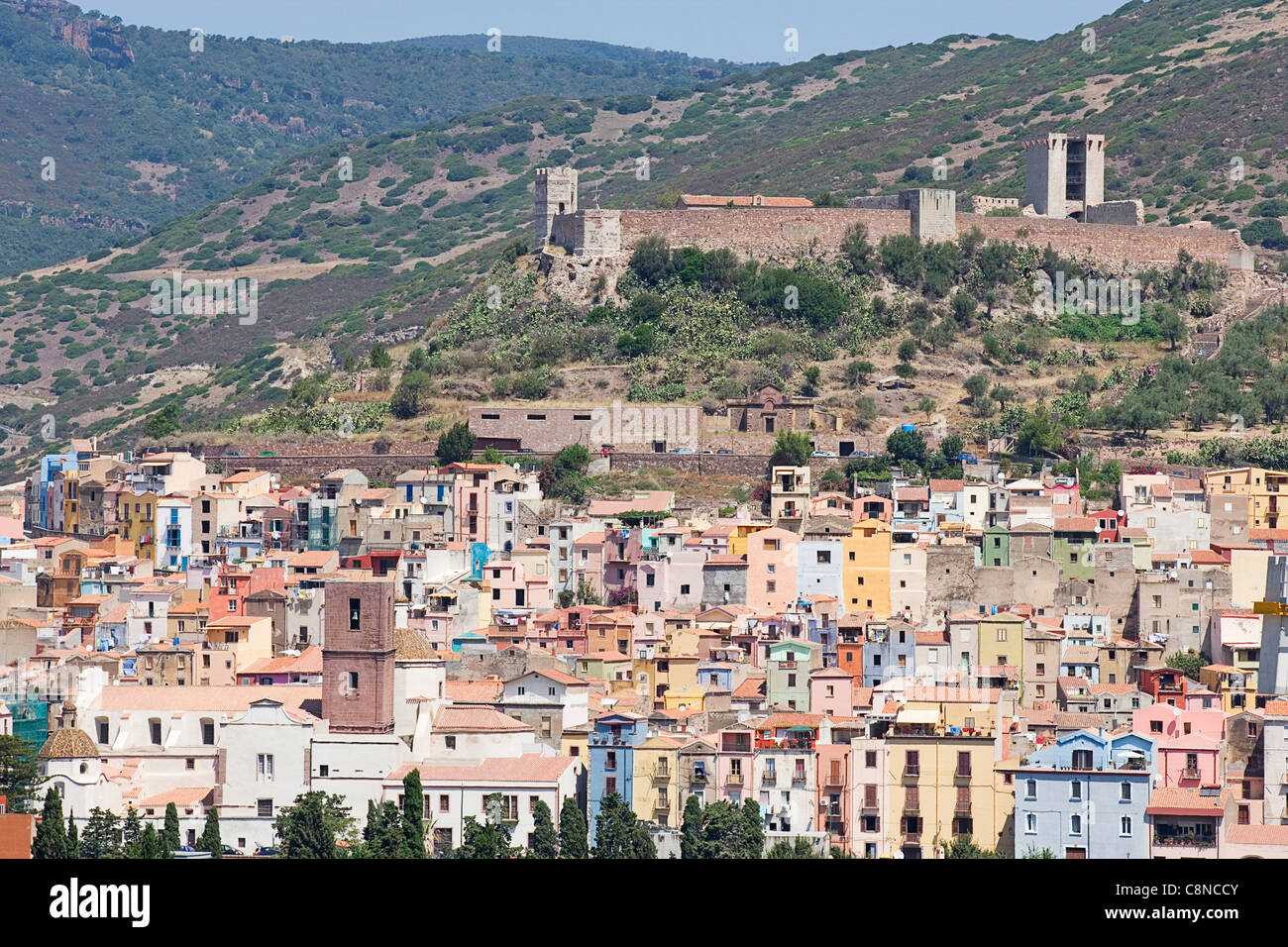 Italy, Sardinia, Bosa, Sa Costa medieval quarter with castle Castello di Malaspina on top of the hill - Stock Image