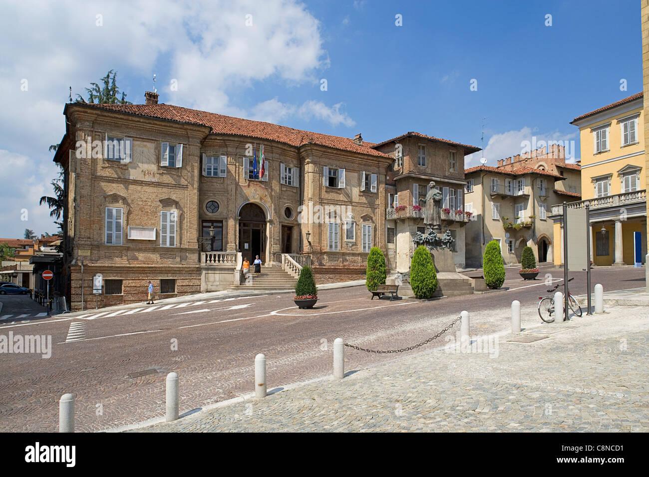 Italy, Piemonte, Bra, Piazza Caduti per la Liberta, view of town hall - Stock Image