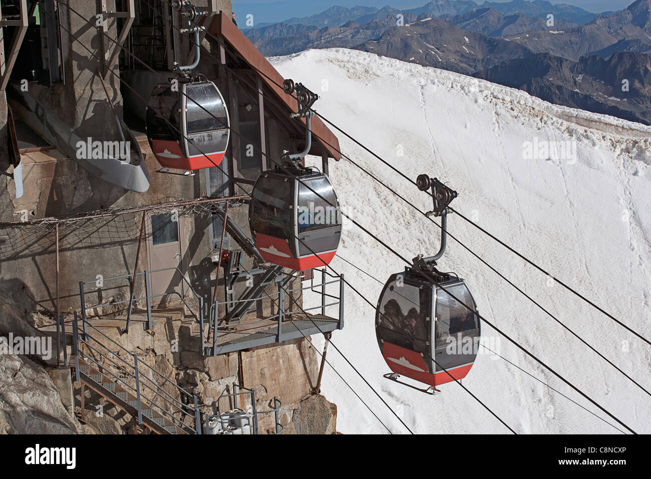 Italy - France, Courmayeur, Mont Blanc, Aiguille du Midi, cable cars setting off for Helbronner peak - Stock Image