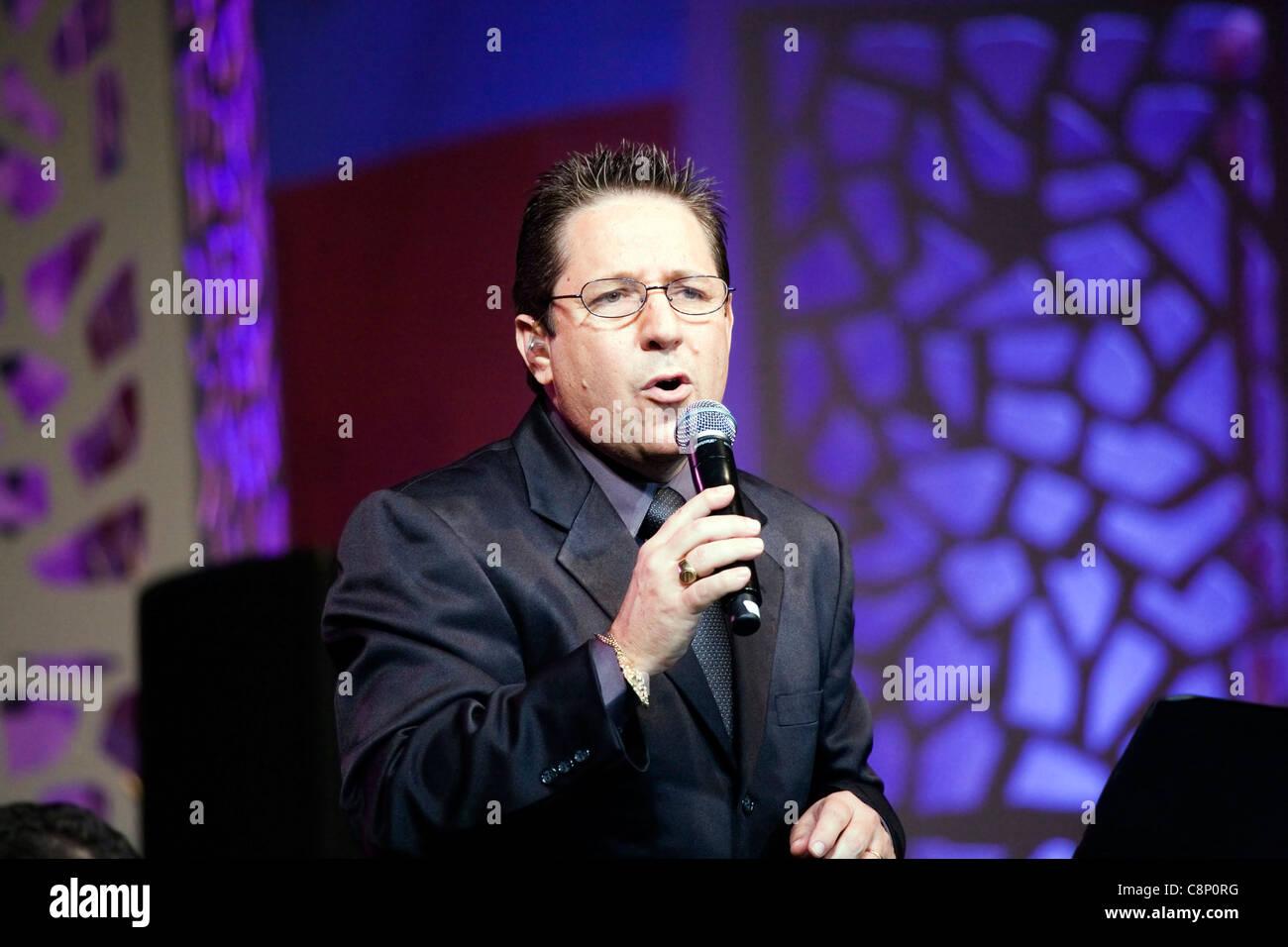 Joey Hernandez sings for the 'Fiesta en Ballaja'. - Stock Image
