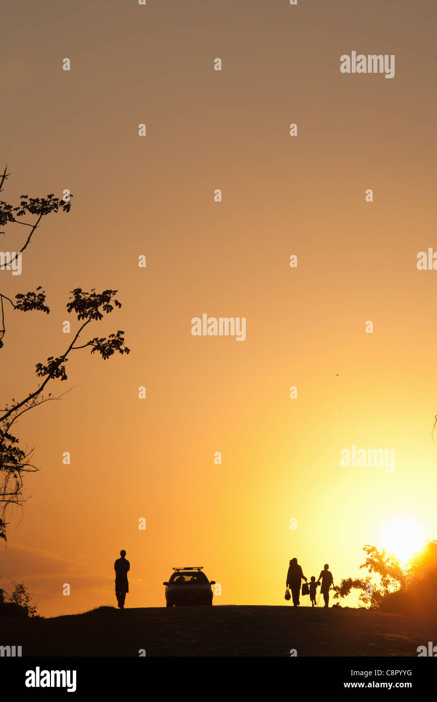 PINAR DEL RIO: VINALES VALLEY SILHOUETTES OF PEOPLE AND CAR AT SUNSET - Stock Image