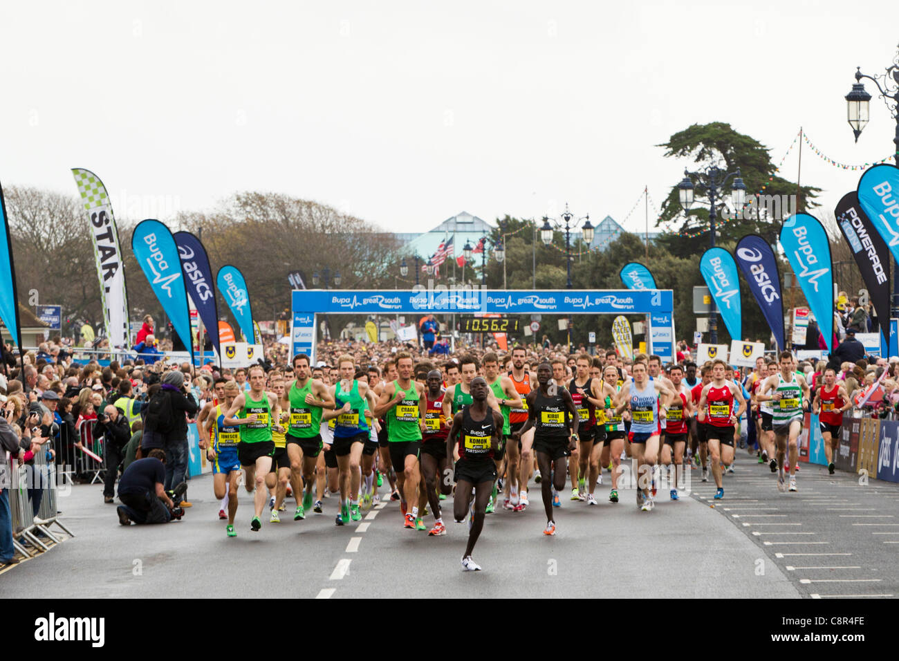 PORTSMOUTH, UK, 30/10/2011. The Elite Male race of the Bupa Great South Run gets underway shortly before 11am. - Stock Image