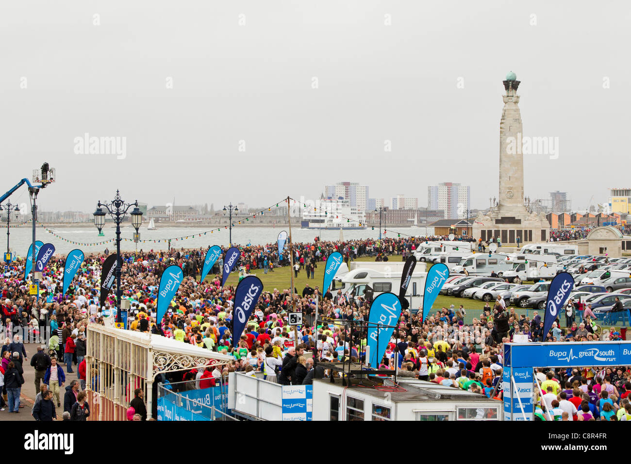 PORTSMOUTH, UK, 30/10/2011. Spectators and runnerss crowd the coast at Southsea where the Bupa Great South Run gets - Stock Image