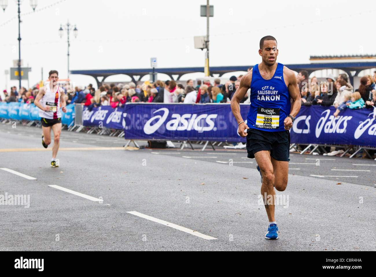 PORTSMOUTH, UK, 30/10/2011. Runners enter the final straight of the Bupa Great South Run. - Stock Image