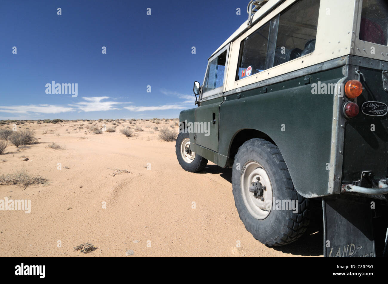 Africa, Tunisia, nr. Douz. Land Rover Series 2a in the Sahara desert. - Stock Image
