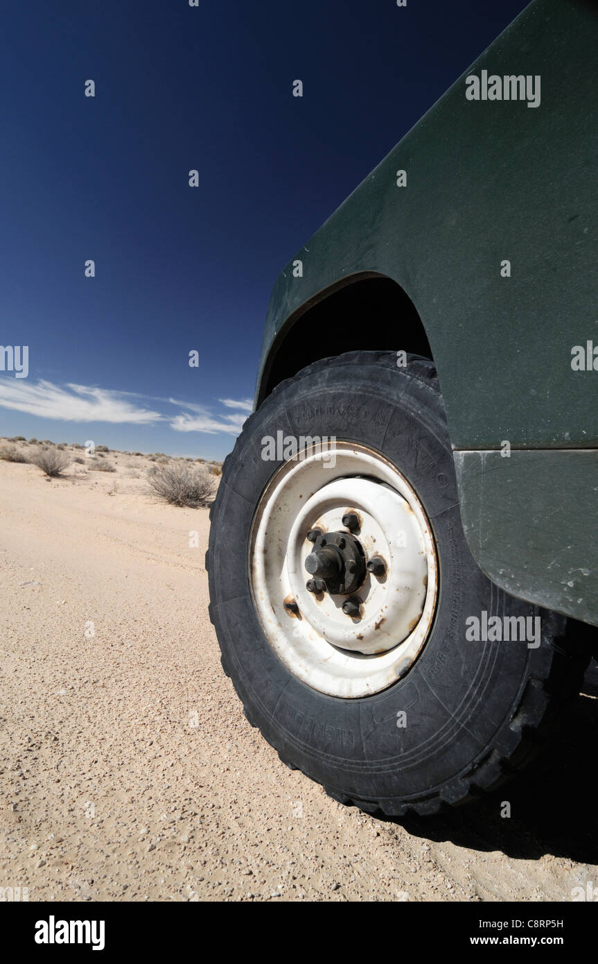 Africa, Tunisia, nr. Douz. Land Rover Series 2a on Michelin XS sand tyres in the desert. - Stock Image
