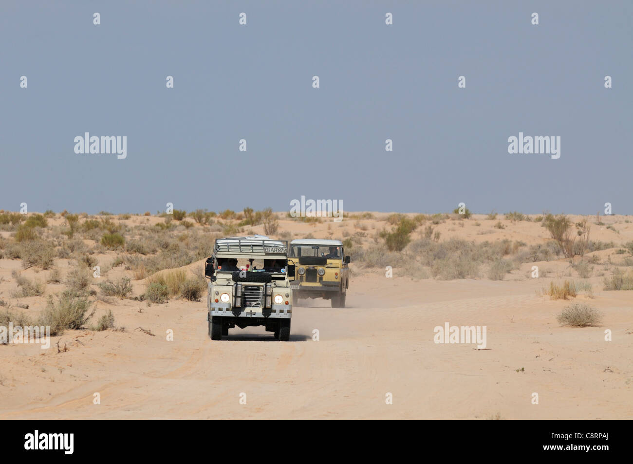 Africa, Tunisia, south of Douz. A group of historic Series Land Rovers on a journey through the desert from Douz - Stock Image