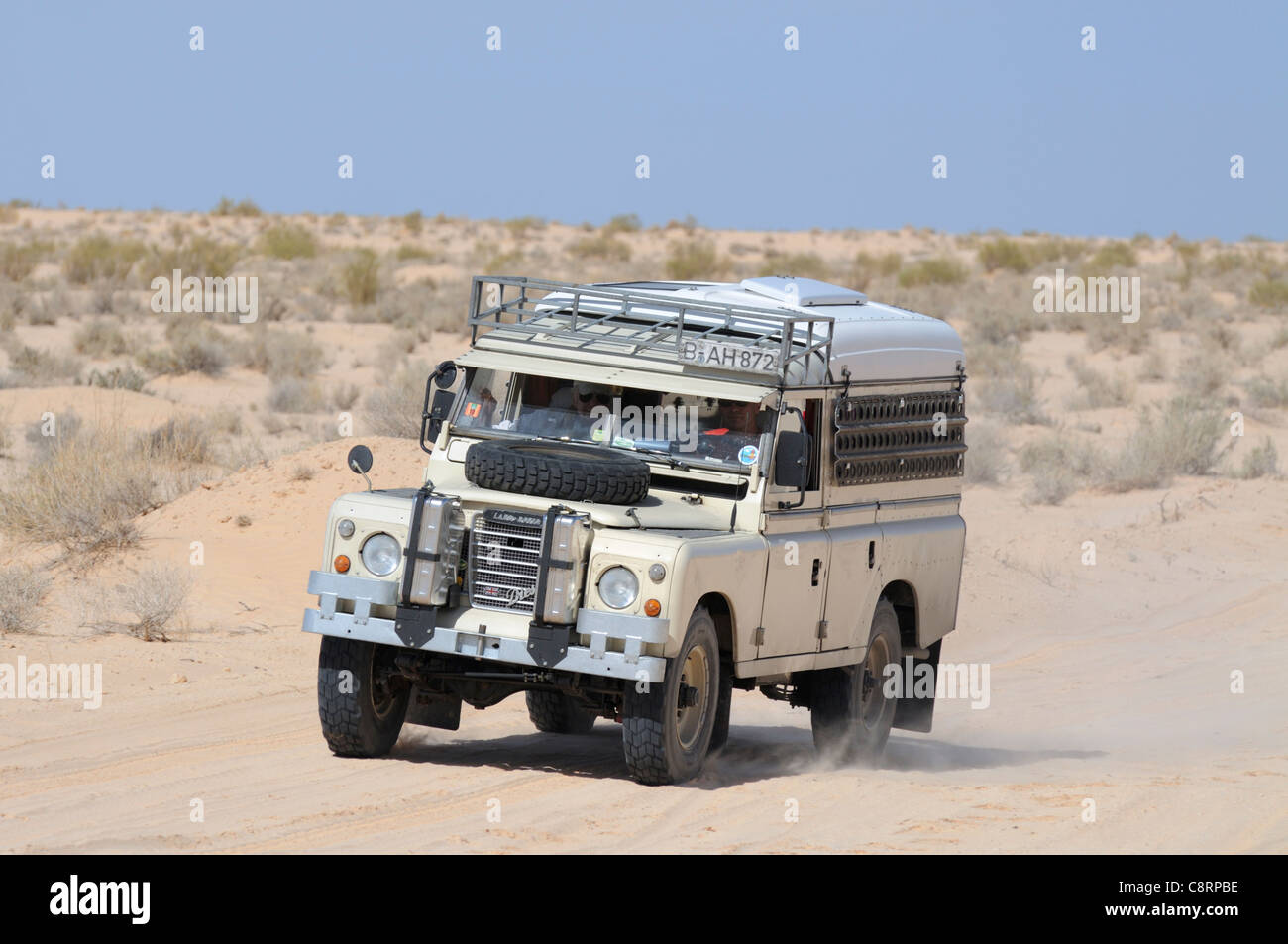 Africa, Tunisia, south of Douz. Land Rover Series 3 Dormobile on a journey through the desert from Douz versus Tembaine - Stock Image
