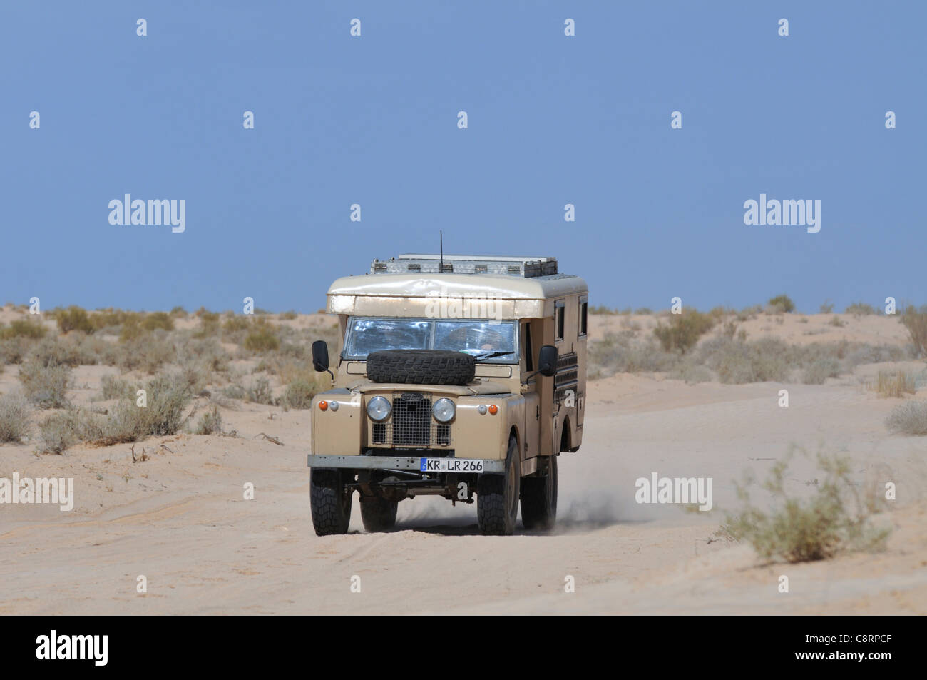 Africa, Tunisia, south of Douz. Land Rover camper van on a journey through the desert from Douz versus Tembaine - Stock Image