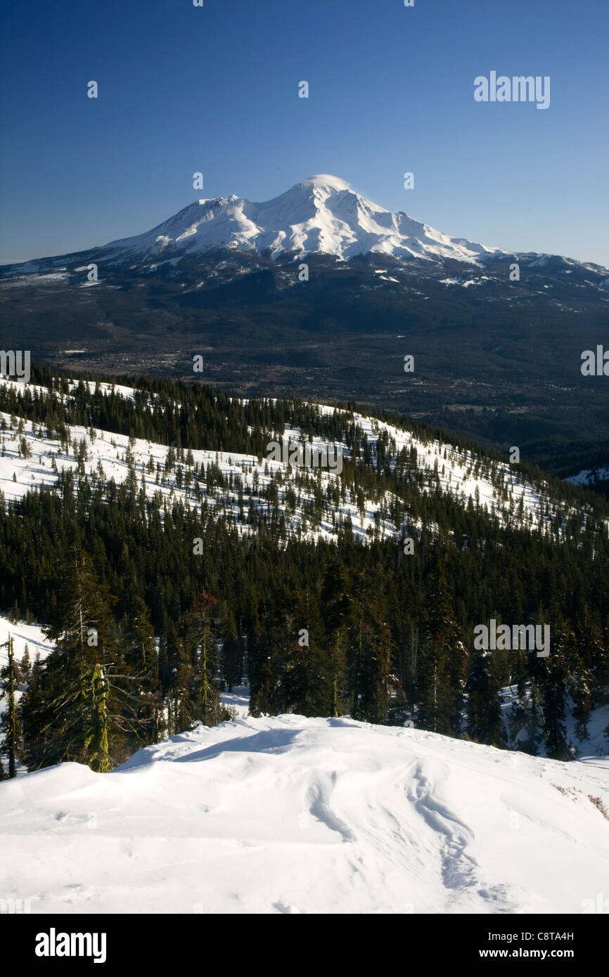CALIFORNIA - Winter view of Mount Shasta from the Castle Crags Wilderness area in the Shasta-Trinity National Forest. - Stock Image