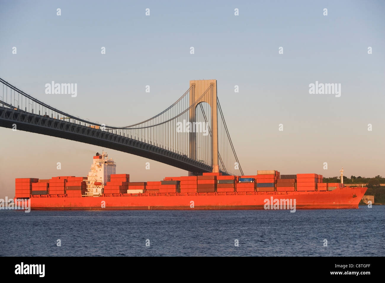 USA, New York State, New York City, Brooklyn, Container Ship under Verrazano-Narrows Bridge - Stock Image