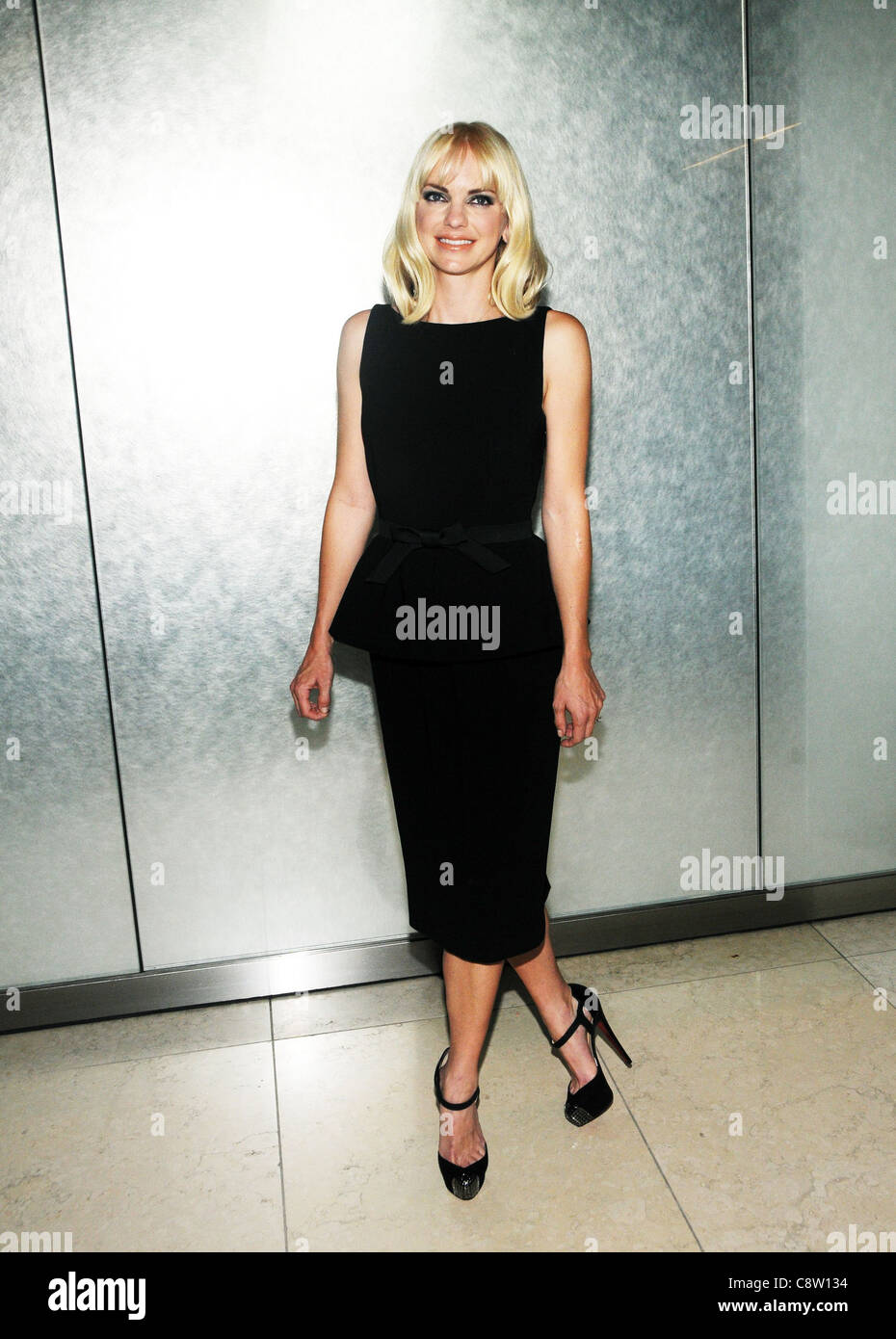coupe classique 81717 78883 Anna Faris (wearing a dress by Moschino and Christian ...