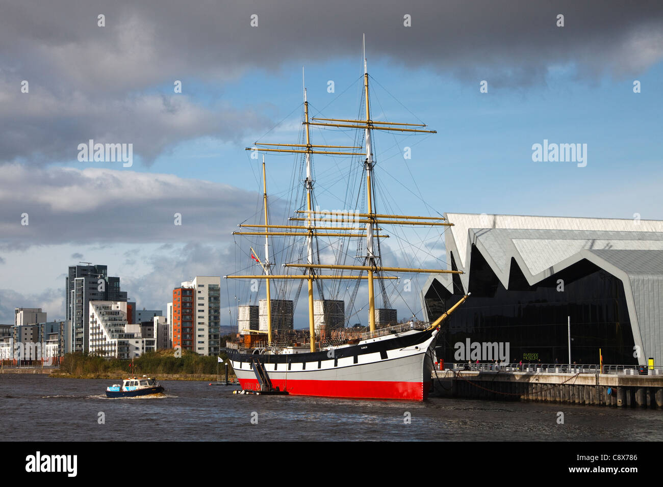 Riverside Museum with the tall ship 'Glenlea' on the River Clyde, at Partick, Glasgow, with the Govan Ferry - Stock Image