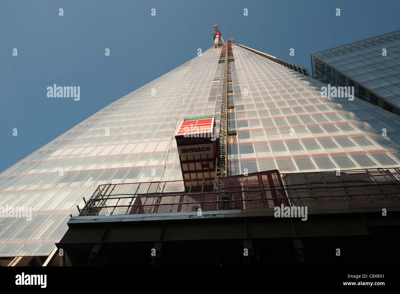 builders lift crane on the side of The Shard building in London during construction - Stock Image