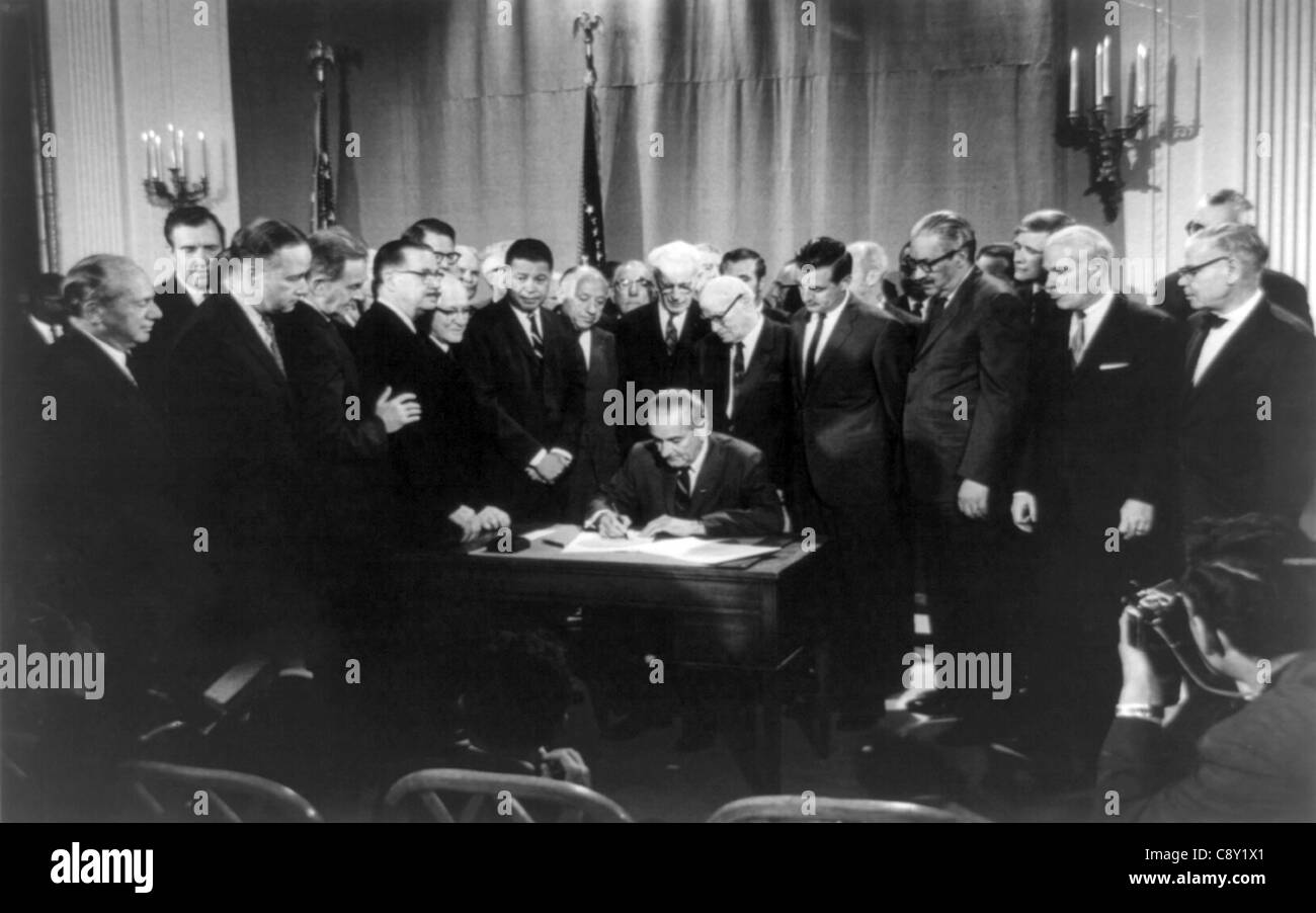 Lyndon Baines Johnson signing Civil Rights Bill - Stock Image