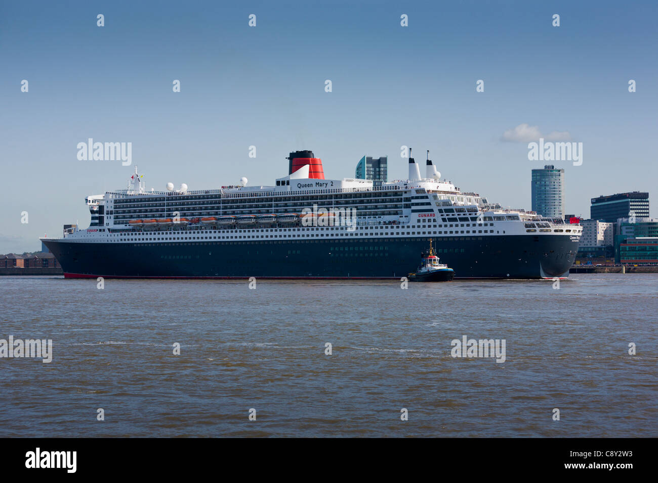 Queen Mary 2 docking in the River Mersey, Liverpool - Stock Image