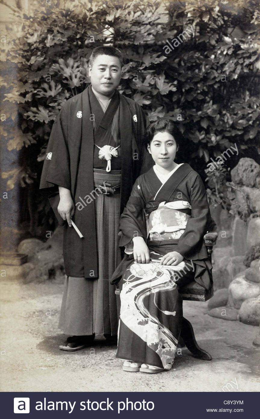 outdoor formal wedding photograph in traditional kimono Japan 1940s - Stock Image