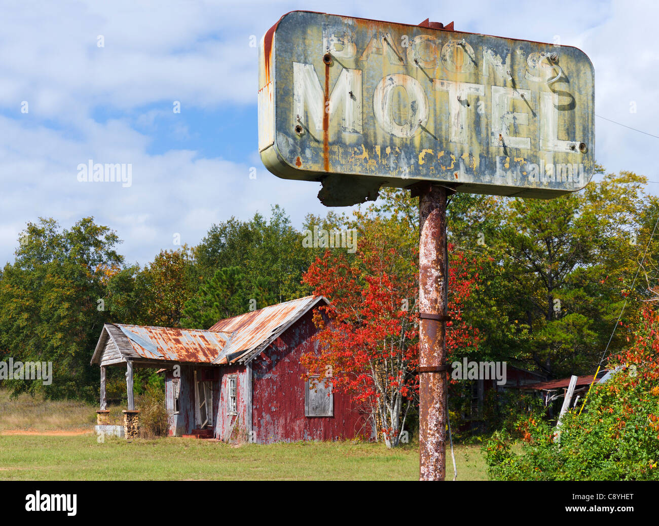 Dilapidated ruins of a small motel on Highway 280/27 outside Plains, Georgia, USA - Stock Image