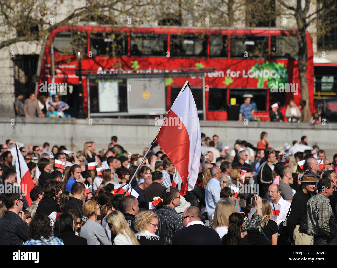 People gathered to watch the funeral of Polish President Lech Kaczynski on TV screens, April 2010, Trafalgar Square, - Stock Image