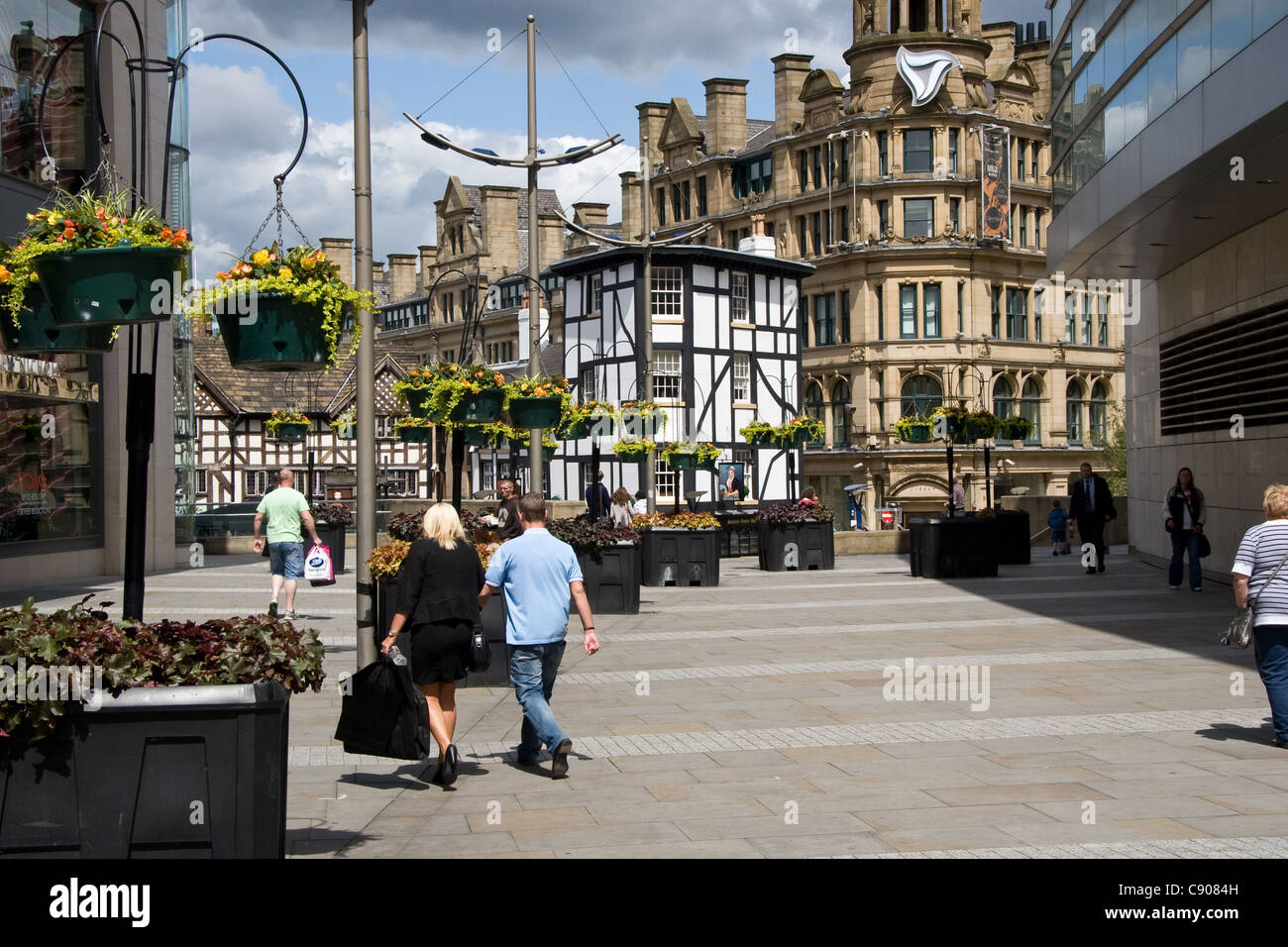 Shoppers, off Market St, looking to Sinclair's pub and Triangle, city centre, Manchester, UK - Stock Image