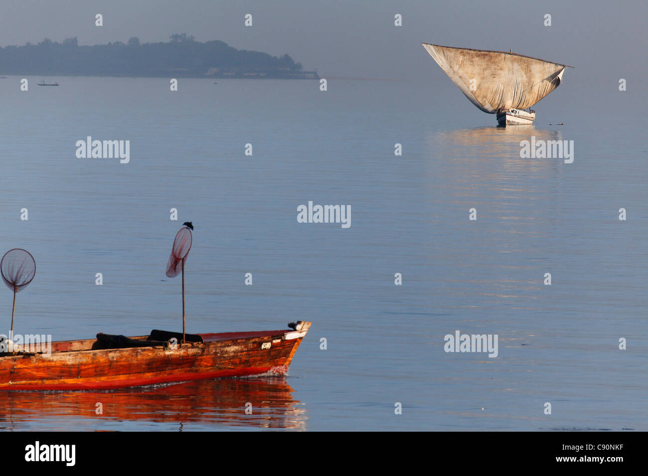 Dhow sailing near the shore, Stonetown, Zanzibar City, Zanzibar, Tanzania, Africa - Stock Image