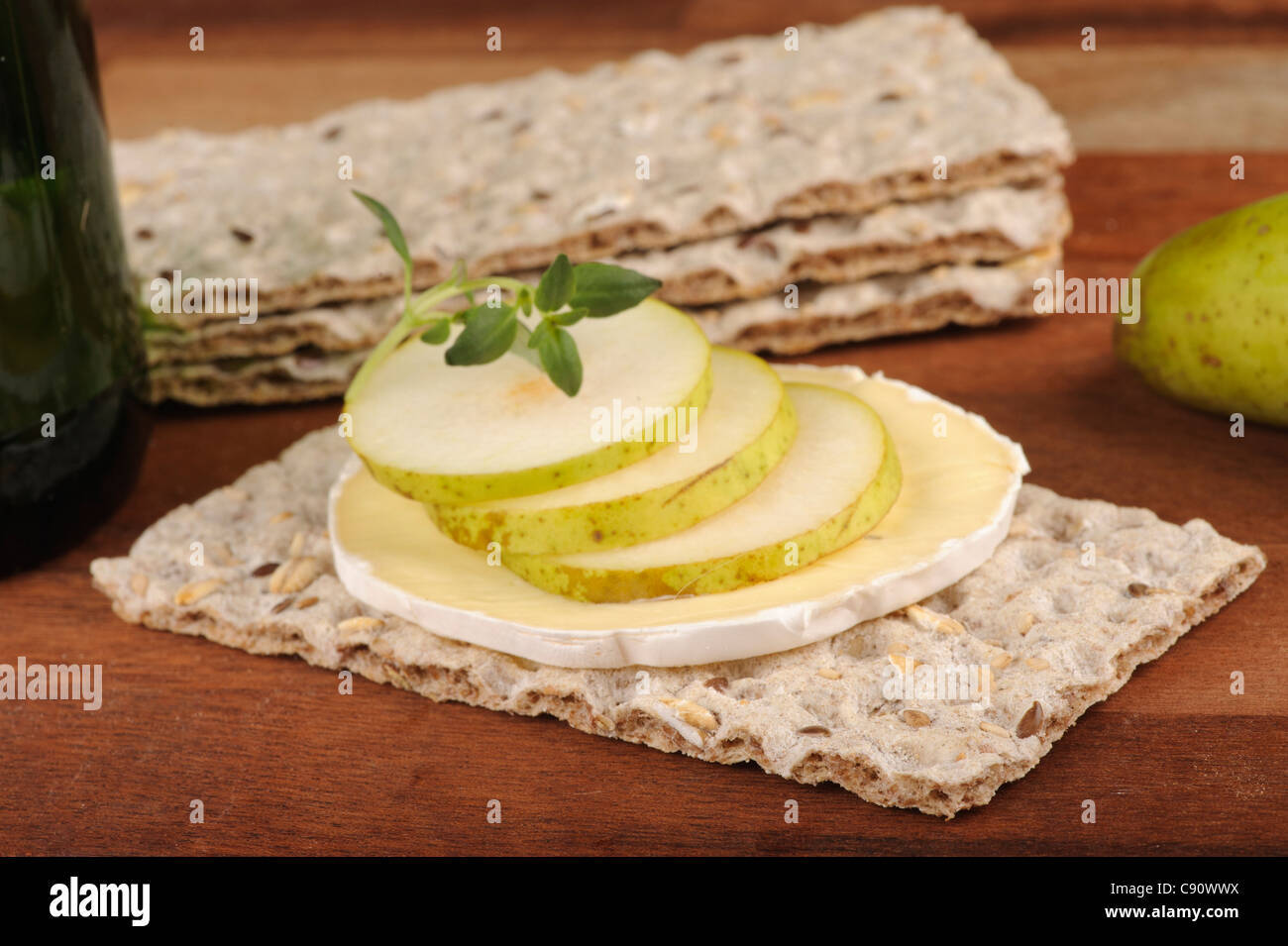 Crispbread with blue cheese and pear slices - Stock Image