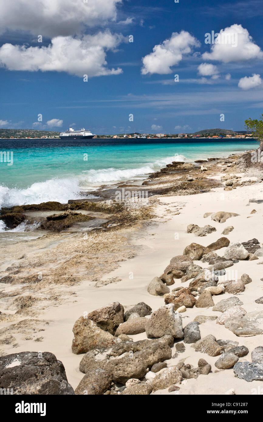 The Netherlands, Bonaire Island, Dutch Caribbean, Kralendijk, Beach. Background cruise ship from Holland America - Stock Image