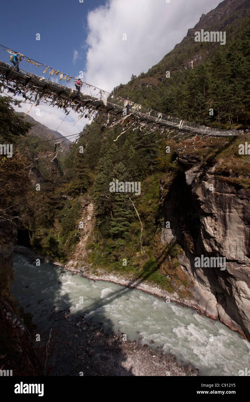 Rope bridge, Dhud Khosi Valley, Sagarmatha National Park, Nepal - Stock Image