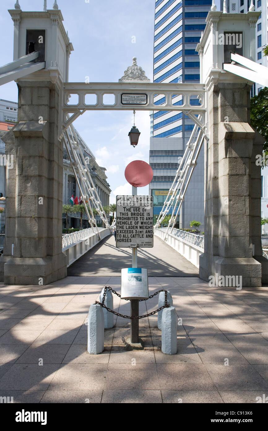 The Singapore River:  Cavenagh Bridge - Stock Image