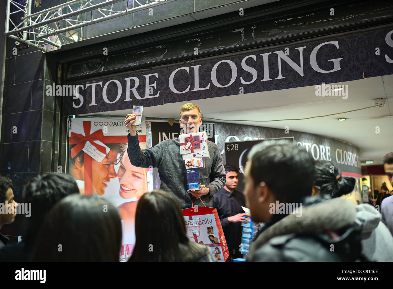 Street salesman selling perfume at store closing down sale, Oxford Street, London - Stock Image
